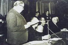 Ferran Canyameres llegint la memòria dels Jocs Florals de París (1948), abans del sopar del II Pen Club International